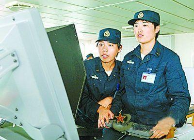 张蕊(左)在执勤中。