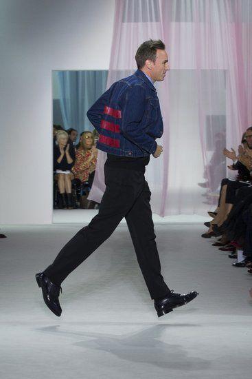 """当地时间9月28日,Raf Simons, Dior新任设计总监在Dior 2013春夏系列上谢幕,Raf Simons展出了他的""""武艺""""。"""