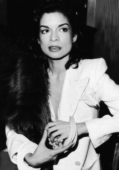 70年代缪斯Bianca Jagger身穿YSL白色无尾晚礼服