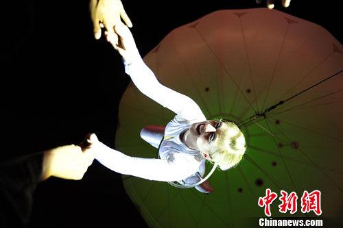 """图为""""会飞的女孩""""在空中表演。"""
