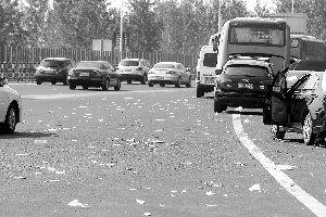 长江三桥高速南向北过江严重拥堵,路上有不少出行者从车里扔出垃圾