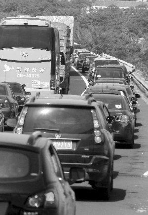 绕越高速往长江三桥方向,许多车占用应急车道行驶