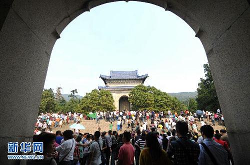 游客在中山陵景区参观游览