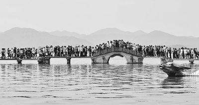 10月1日,杭州西湖涌金桥上人头攒动。新华社发
