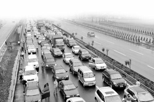9月30日高速免费首日,G50沪渝高速江北收费站前,排起了长队的出城车辆和畅通无阻的进城方向车流形成了鲜明对比。
