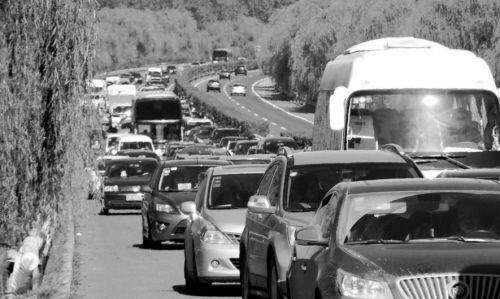 高速公路上堵车基本因车祸造成
