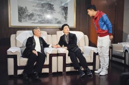 小沈阳:师傅,明年咱还上春晚不?赵本山:要上,这次小崔跟咱们一起上。 设计对白