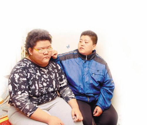 刘成菊(右)望着女儿,未来的路很漫长
