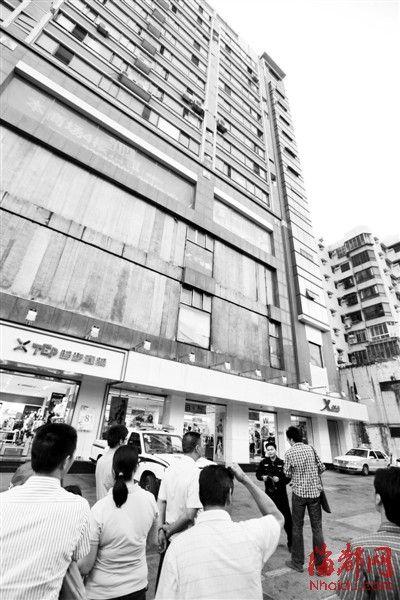 半裸女子从公寓窗户跌下(画圈处),当场死亡