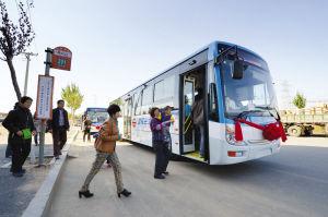 首日上线运营的201路公交车免费一天,市民们开心乘坐■本组图片由本报记者 杨大海 摄