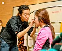 化妆师表情好专注