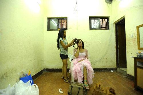 变性人选美大赛的参赛者在后台化妆