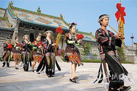山东台儿庄古城内,来自外地的演员表演芦笙舞 王建华 摄
