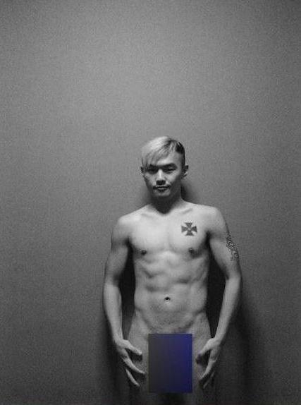 男子全裸出镜