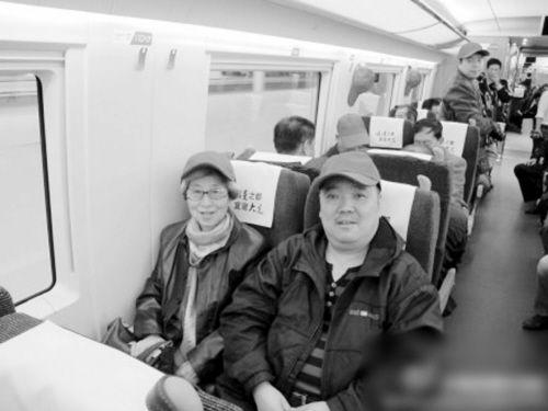 74岁的王大娘(左一)是哈大高铁第一批试乘乘客