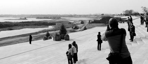 """市民参观""""两河""""流域生态景观廊道"""