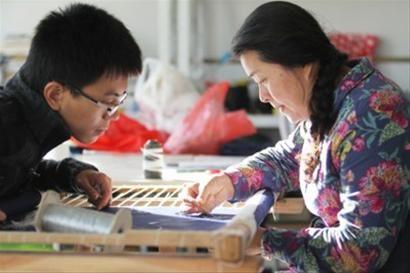 大二学生张春杰只要有空就去刺绣工作室坐上一整天。记者 纪力元 摄