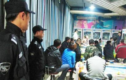 10月24日晚10时许,辽阳市白塔公安分局民警对一家违规营业的游戏厅进行查处,发现多人涉赌涉毒。 记者 韩涛 摄