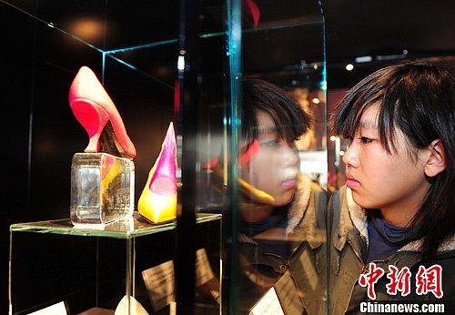 图为市民在参观名鞋展。中新社发 于海洋 摄