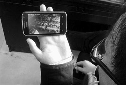 """辽阳市第十二中学开展""""开放式课堂""""活动,家长可通过手机实时看到孩子上课的情况,这一做法得到家长的认可。 王博 摄"""