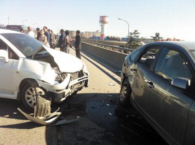 受损较严重的两辆轿车。