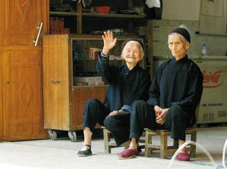 """巴马长寿村里一对没有血缘关系的传奇百岁""""姐妹""""的家"""
