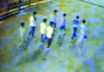 监控录像显示:8个孩子尾随男子准备抢劫。 记者 吴怀宇 翻拍