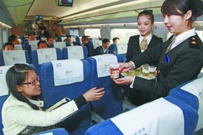 日前,记者与部分铁岭市民一起,感受高铁列车的风驰电掣的速度和乘务员的优质服务。 杨也迅 摄