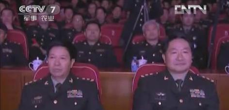 原南京军区副司令员王教成中将,升任沈阳军区司令员截屏图:王教成(右)