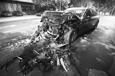 宝马车被撞得面目全非。