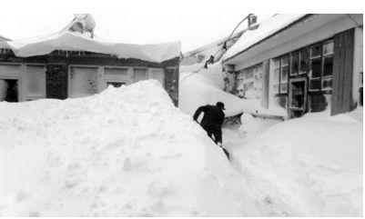 11月4日,北京延庆县营城子村村民在清理自家院子中的积雪。 新华社发