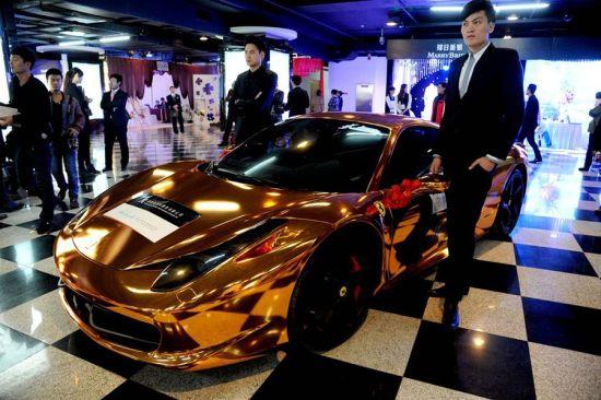 据介绍,该黄金法拉利婚车为镀金