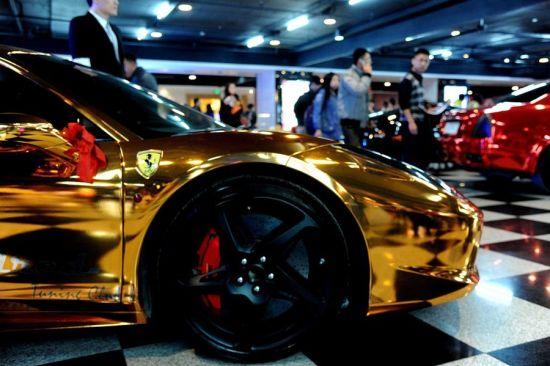 11月3日,一款黄金法拉利婚车亮相辽宁沈阳,引来众人围观。