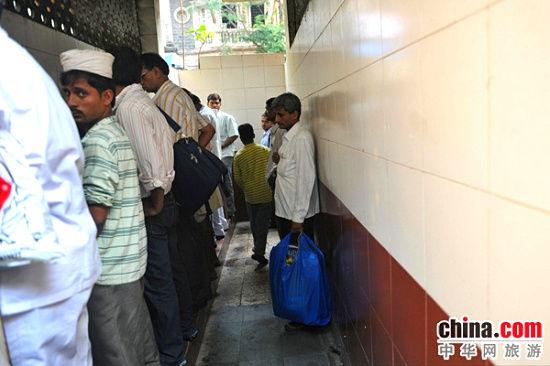 """露天公厕让印度男人""""霸气外漏"""""""