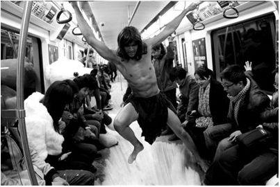 """一位老外扮""""人猿泰山"""",在沈阳地铁上搞怪。"""