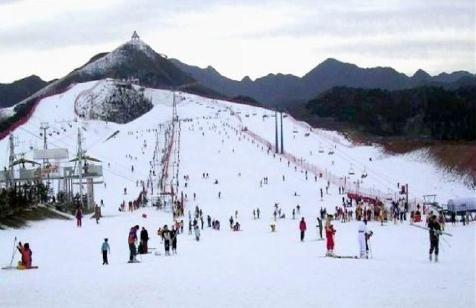 正文       沈阳怪坡滑雪场坐落在沈阳市东北方向群山环绕,林海苍茫的