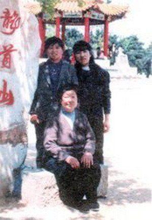 赵本山前妻年轻时候的照片,后排(右) (资料图)