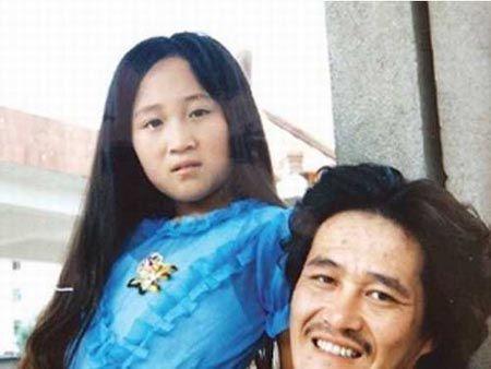 1979年底,葛淑珍为赵本山生下女儿赵玉芳,图为父女二人的合影