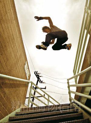 楼梯就可成为障碍物,任你翻越——任何你能想到的动作都可以成为你的跑酷绝技。