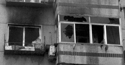 大火将窗玻璃烧碎,楼外墙漆黑一片。