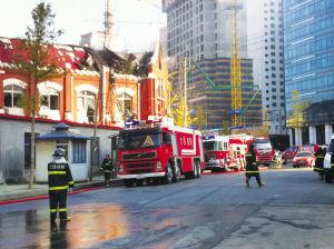 大连电车公司办公楼起火,消防人员在现场扑救 ■本报记者 王宇 摄