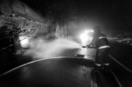 消防队员用水稀释氨气