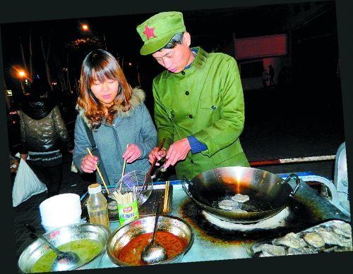 河南洛阳一对大学生情侣夜晚在街头摆摊卖臭豆腐
