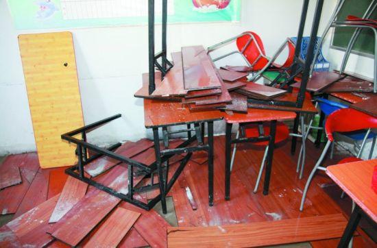 教室地板因为漏水已经鼓包。记者 孙振芳 摄