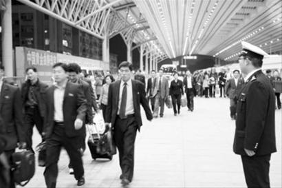 丹东海关进出境旅客超20万 刘鹏 付超 蔡晓华摄
