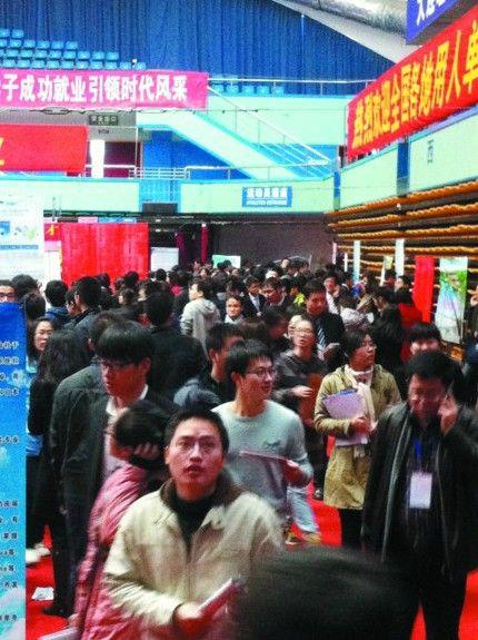 6000多名学生到现场求职。记者 辛敏娟 摄