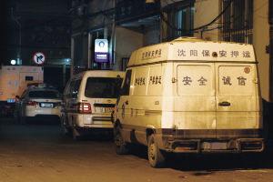 一辆被砸的运钞车停在派出所门前■本报记者 陈思 摄