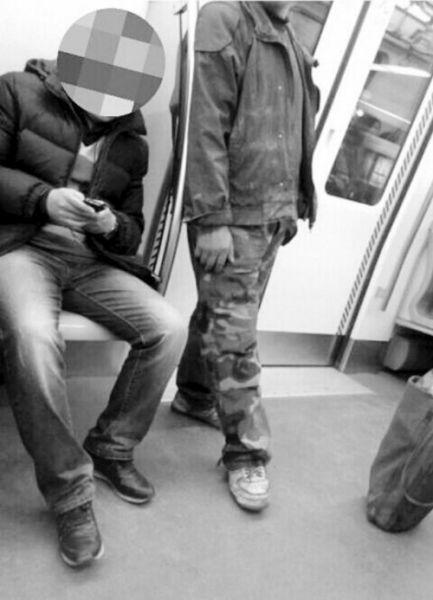 农民工乘地铁有座不坐 是怕弄脏座位?