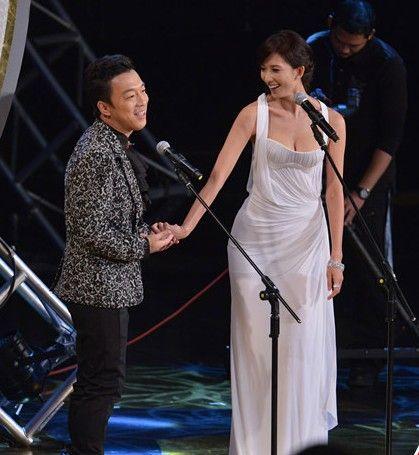 林志玲(右)昨颁奖前先嘟嘴玩亲亲,让主持人黄渤爽歪了