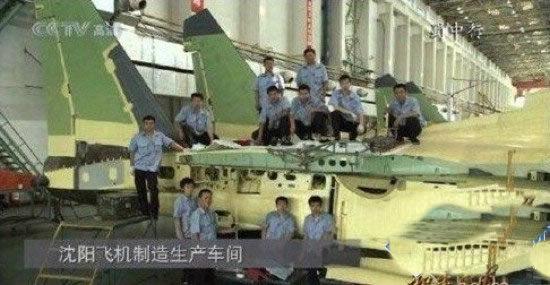 歼-15厂房截图,可以看到图片右侧的小翼安装点,机翼的截面应该是折叠部分。